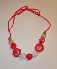 Puedes usar collares tejidos y coloridos para que tu bebé juegue con él mientras le cargas o amamantas.