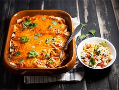 Kanatäytteiset enchiladat   Valio Finnish Recipes, Cheddar, Curry, Food And Drink, Healthy Recipes, Healthy Food, Dinner, Cooking, Ethnic Recipes