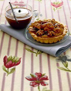Le noci caramellate sono il tocco d'artista per questi dolcetti: guarda la ricetta delle crostatine alla crema di caffè con noci caramellate su Sale&Pepe.