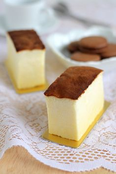 Japanese cheesecake I love this stuff! It's between cheesecake and angel cake! Asian Desserts, Just Desserts, Dessert Recipes, Yummy Treats, Sweet Treats, Yummy Food, Torta Chiffon, Brownie Desserts, Japanese Cheesecake Recipes