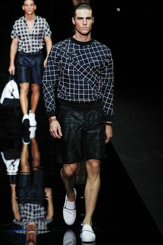See all the Collection photos from Emporio Armani Spring/Summer 2015 Menswear now on British Vogue Milan Men's Fashion Week, Fashion 2017, Fashion Show, Mens Fashion, High Fashion, Emporio Armani, Giorgio Armani, Vogue Paris, Short Models