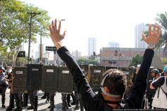 Policiais avançam sobre black blocs na Rua Serra do Japi, em frente ao Sindicato dos Metroviários (fonte: Estadão)