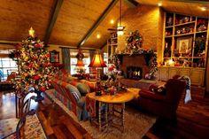 décorations de Noël traditionnelles en vert et rouge dans le salon chaleureux