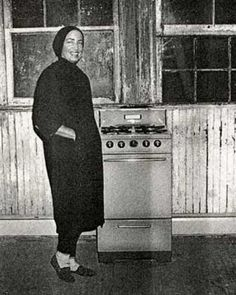 Little Edie and her new stove, which was quickly abandoned for hotplates in the bedrooms upstairs Who can forget Big Edie boiling a large pot of corn IN BED? Edie Bouvier Beale, Edie Beale, Edith Bouvier, Gray Gardens, New Stove, East Hampton, Jackie Kennedy, Cool Costumes, Two By Two