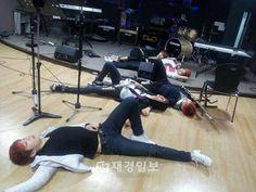 Sau khi luyện tập mệt mỏi, các chàng trai nhóm #LEDApple tiết kiệm thời gian đi lại bằng cách lăn ra sàn tập đánh một giấc. Led Apple, Leeteuk, Cool Bands, Eye Candy, Korean, Korean Language