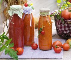 Pikantní domácí kečup: 2 kg rajčat, 1 dl octa, 250 g cibule, 1 lž. celého pepře, 1 lžč. soli, 1 lž. nov.koření, 8 hřebíčků, 4 bob.listy, 4 jablka, 2-3 feferonky, 150 g cukru. Všechno vložit do hrnce /jablka (ne)loupat/, dusit asi 25 min. Přepasírovat, vařit do zhoustnutí. Ještě teplý nalít do skleniček, zavíčkovat a otočit dnem vzhůru.
