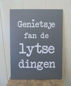 Dit Friese tekstbord heeft de Fryske tekst Genietsje fan de lytse dingen...'