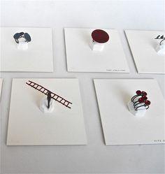Liisa Hashimoto - sur carrés de BEAU PAPIER délimitant l'espace de chaque bijou
