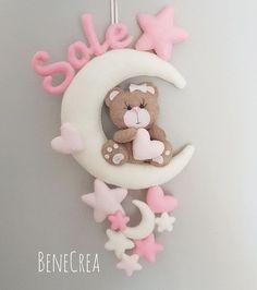 Questo è un #regalo che una dolce #zia ha voluto fare alla sua #nipotina. ❤️ Tanto #rosa e delicatezza per #Martina. ❤️👧❤️ Ora aspettiamo Foam Crafts, Baby Crafts, Diy And Crafts, Baby Kranz, Felt Name Banner, Handmade Baby Gifts, Baby Mobile, Felt Baby, Felt Decorations