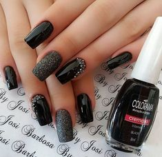 False nails have the advantage of offering a manicure worthy of the most advanced backstage and to hold longer than a simple nail polish. The problem is how to remove them without damaging your nails. Black Nails With Glitter, Glitter Nail Art, Red Nails, Hair And Nails, Trendy Nail Art, Stylish Nails, Black Nail Designs, Nail Art Designs, Nails Design