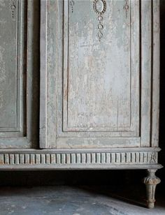 a perfect gray: beautiful patina on a Gustavian gray armoire or chest Antique Interior, Antique Furniture, French Furniture, Luxury Furniture, Paint Furniture, Furniture Makeover, Furniture Styles, Liming Wax, Grey Doors