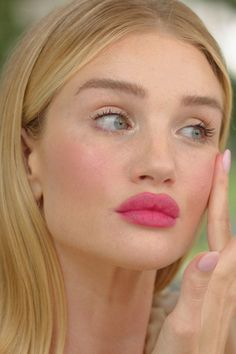Pink lips: Rosie Huntington-Whiteley shows statement lips for every day in the beauty tutoria. - Pink lips: Rosie Huntington-Whiteley shows statement lips for every day in the beauty tutorial - Pink Lipstick Makeup, Pink Lipstick Shades, Lipstick For Fair Skin, Hot Pink Lips, Glam Makeup, Beauty Makeup, Hair Makeup, Hair Beauty, Pink Mascara