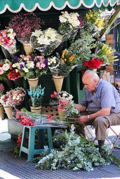Puestos callejeros de flores, característicos de Buenos Aires.