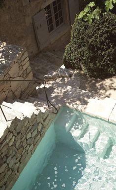 Piscine à l'eau transparente, en pierre | #piscine #pierre #vacances