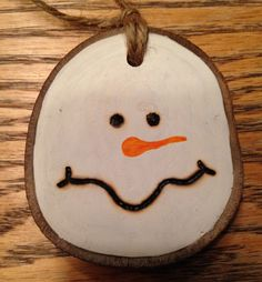 I want to make a bunch of decorations like this during the holidays. Wood Slice Crafts, Wood Burning Crafts, Wood Burning Patterns, Wood Crafts, Rustic Christmas, Christmas Art, Christmas Projects, Wooden Ornaments, Xmas Ornaments