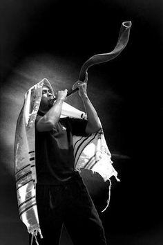 I love the Elohim (God) of Abraham, Isaac, Jacob and Yeshua (Jesus) the Messiah. with a loud blast the King will return/Jesus the Messiah. Cultura Judaica, Arte Judaica, Jewish History, Jewish Art, Israel History, Messianic Judaism, Prophetic Art, Lion Of Judah, We Are The World