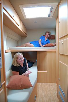 This kind of bed layout could work. The lower bunk would be a sofa during the day. Van Conversion Interior, Camper Van Conversion Diy, Camper Caravan, Camper Trailers, Ducato Camper, Kombi Motorhome, Materiel Camping, Sprinter Van Conversion, Caravan Renovation