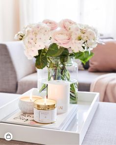 An awakening flower garden or the fresh spring bouquet - preferably . An awakening flower garden or the fresh spring bouquet - we would always like to enjoy this fragrance experience. No problem, with the scented candles. Coffee Table Styling, Decorating Coffee Tables, Coffee Table Tray Decor, Coffee Table Decorations, Tray Styling, Deco Rose, Deco Floral, Spring Bouquet, Diy Décoration