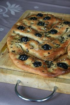 Fougasse aux olives - In French cuisine, fougasse is a type of bread typically associated with Provence but found (with variations) in other regions. Some versions are sculpted or slashed into a pattern resembling an ear of wheat. Olive Recipes, Great British Bake Off, Artisan Bread, Bread Baking, Crepes, Love Food, Snacks, Food Porn, Food And Drink