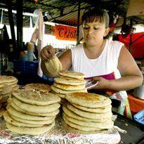 Deliciosas pupusas en un mercado de San Salvador, El Salvador