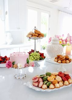KRISTY WICKS--How To Create a Beautiful Spring Brunch Tablescape day brunch tablescape How to Create a Beautiful Spring Brunch Tablescape - The Do's & Don'ts Brunch Decor, Brunch Buffet, Brunch Food, Brunch Table Setting, Easter Brunch Menu, Easter Dinner, Mothers Day Decor, Mothers Day Brunch, Brunch Mesa