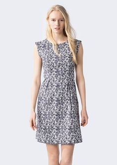 Das Kleid hat einen angedeuteten Kurzarm- und einen runden Halsausschnitt. Die figurnahe Passform kommt durch die schön eingesetzten Abnäher zustande. Dieser Style ist ein toller Begleiter an warmen Sommertagen. Das grafische Muster macht dieses Kleid zu einem absoluten Hingucker. Aus 95% Baumwolle und 5% Elastan für eine perfekte Passform....