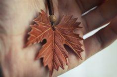 Colgante de cuero con forma de hoja de vid  by www.hojasdemaria.com