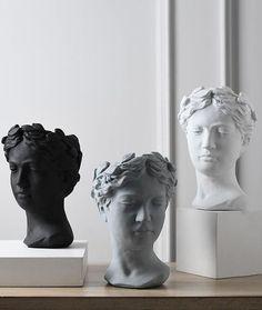 Greek Statues, Angel Statues, Appartement Design, Ceramic Plant Pots, Look Retro, Indoor Plant Pots, Creation Deco, Flower Pots, Flowers
