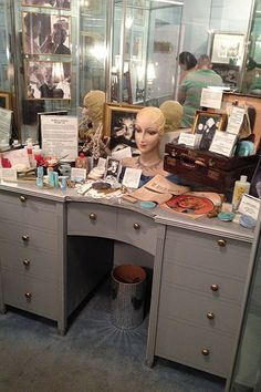 Marilyn Monroe's Makeup – Dave Lackie Marilyn Monroe Makeup, Star Pictures, Star Pics, Makeup Rooms, Makeup Desk, Los Angeles Museum, Hollywood Makeup, Anna Nicole Smith, Art Deco Buildings