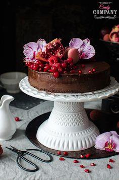 """Torcik czekoladowy z awokado to coś w sam raz na Walentynki! Jest mocnoczekoladowyidzięki awokado idealnie kremowy, z delikatnym kokosowym aromatem. Przygotowałam go w wersji wegańskiej bez dodatku rafinowanego cukru, możecie więc zjeść bez wyrzutów sumienia większą porcję, albo dwie – co może być jednak wyzwaniem, bo tort jest bardzo """"treściwy"""" Smakuje wspaniale, nie uwierzycie, że […]"""
