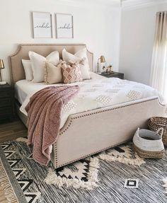 Boho chic bedroom inspo care of thesisterstudioig Boho Chic Bedroom, Cozy Bedroom, Bedroom Inspo, Bedroom Apartment, Dream Bedroom, Home Decor Bedroom, Modern Bedroom, Contemporary Bedroom, Bedroom Inspiration