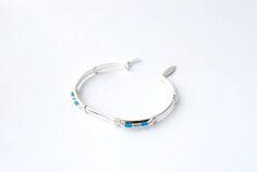 MATIERE : - Bracelet plaqué argent - Perles japonaises en verre CARACTERISTIQUES : - Diamètre du bracelet : 6 cm - Couleurs des perles au choix : plusieurs bleus différents, roses, noir, rouges, argentée, dorée, écru, blanc, gris... CONSEILS DENTRETIEN : - Ne pas mettre le bijoux au