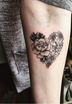 Heart Tattoos With Names, Name Tattoos, Finger Tattoos, Geometric Heart Tattoo, Cute Henna, Tiny Foot Tattoos, Tattoo Mutter, Piercing Tattoo, Piercings