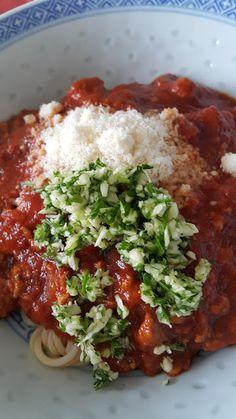 """Spaghetti speziale   Eine neue Idee der Unvergleichlichen. Ein einfaches Gericht in eine Spezialität umwandeln. Spagetthi mit ein bisschen OIivenöl gekocht. Dazu ein Sugo der während einiger Stunden in der Pfanne war. Geschälte Tomaten gehacktes von Rind und von Schwein und natürlich die Gewürze. Das leckere Endresultat bestreut mit """"Gran Padano"""" und frisch gehacktem Knoblauch sowie Grünzeug. Gran Padano frisch geschabt was für ein Geruch. Die leckere Streuwürze. Gehackter Knoblauch und…"""