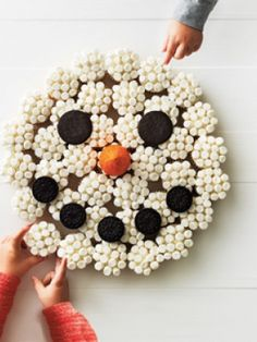 Whether it's for a birthday party or a a snow day activity, this cute pull-apart snowman cake is fun to build and to eat. Winter Birthday Parties, Winter Parties, Summer Birthday, Frozen Birthday Party, Birthday Party Themes, Birthday Ideas, 13th Birthday, Frozen Party, Snowman Cake