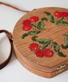 It was her love of nature that inspired Merve Burma to start crafting wooden bags in her Instanbul-based workshop. But wait, these are not just any wooden bags. Merve cross stitches intricate fruit and floral motifs onto the oak,… Embroidery Patterns, Cross Stitch Patterns, Cross Stitches, Wooden Purse, Deco Originale, Leather Books, Motif Floral, Custom Leather, Handmade Leather