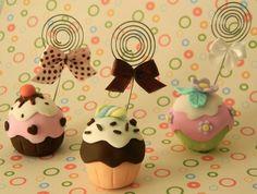 Porta recado feito em biscuit.  Preços especiais para pedidos acima de 20 unidades. R$7,00 Cupcake Crafts, Cupcake Party, Fimo Clay, Polymer Clay Art, Clay Crafts, Diy And Crafts, Jumping Clay, Cupcake Tutorial, Cute Clay