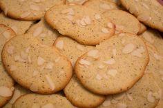I biscotti morbidi ai pistacchi sono dei dolcetti gustosi ricoperti da mandorle a lamelle. La ricetta è facile e veloce e perfetta per salvare gli albumi.