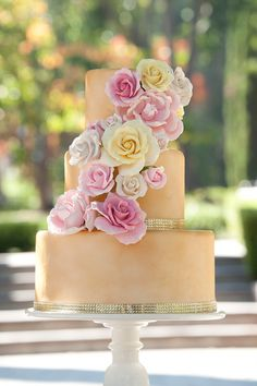 Elegant Gold and Pink Wedding Cake with beautiful gumpaste Sugarflowers | Caljavaonline.com