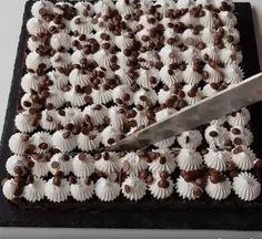 Dacă doriti să faceti ceva dulce, rapid si fără prea multe bătai de cap, vă propunem următoarea prăjitură .  Ingrediente : 300 g biscuiti cu cacao si unt, o banană, 250g sos de ciocolată (facut in casă sau cumpărat), o fiolă esentă de vanilie, 200g friscă bătută, 80g fulgi de ciocolată. Mod de preparare … Animal Print Rug, Biscuit, Orice, Cakes, Banana, Cake Makers, Kuchen, Cake, Crackers
