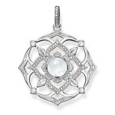 THOMAS SABO-hängsmycke från kollektionen Fine Jewellery. Sahasrara, kronchakrat, symboliserar medvetande, spiritualitet och suverän uppmärksamhet. Hängsmycket är tillverkat av 925 sterlingsilver med mjölkkvarts och vita diamanter. [Artikeltabelle]Kategori:Hängsmycke Motiv:Kronchakra Material:925 sterlingsilver Stenar:vit diamant (0,42 ct), mjölkkvarts Lås:med ögla Mått:storlek ca 3,5 cm (1,37 tum) Artikelnummer:J_PE0001-744-14[/Artikeltabelle]