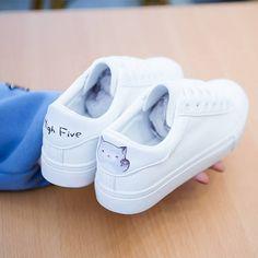 거리 플레이트 신발 야생 기본 흰색 신발 여성 세련된 플랫 캐주얼 가죽 흰색 신발의 새로운 한국어 버전 2018 봄 White Sneakers, Shoes Sneakers, Eyewear, Slip On, Footwear, Shoe Bag, My Style, Sandal, How To Wear