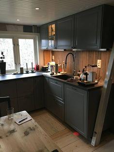grått kjøkken hytte – Google Søk Kitchen Island, Kitchen Cabinets, Home Decor, Island Kitchen, Interior Design, Home Interior Design, Dressers, Home Decoration, Decoration Home