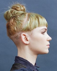 Grimes' sweet hairstyle is like a 90s throwback had a baby with the 00s bun aesthetics.