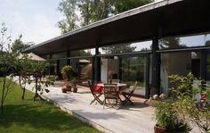 Glasfacade og terrase ud til haven
