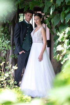 Vintagekleid und Trachten-Hochzeitsanzug Elegant, Formal Dresses, Wedding Dresses, The Originals, Fashion, Classy, Dresses For Formal, Bride Dresses, Moda