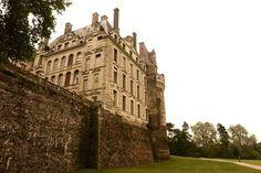 CASTILLO DE BRISSAC. En el corazón de Pays de la Loira, está el castillo más alto de toda Francia. El Castillo de Brissac es uno de los lugares más exclusivos de toda la región occidental francesa. Refugio del buen gusto, la elegancia y majestuosidad de sus salones han acogido numerosas fiestas y celebraciones.