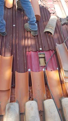 Ventilação da face inferior da telha, em geral designada por micro-ventilação. Permitindo a circulação do ar no espaço em causa, por meios naturais, que durante o inverno, assegura uma melhor conservação do ripado de madeira, contribui para a durabilidade da telha, eliminando o vapor de água produzido no interior e  secando a água da chuva absorvida pela telha e durante o verão permite diminuir o aquecimento por convecção da cobertura. Madewell, Tote Bag, Interior, Wood Slats, Warming Up, Frosting, Indoor, Totes, Interiors