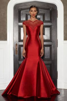 Lorena Sarbu Fall 2014 Collection I would so wear Red for a wedding dress if I could have this one! Beautiful Gowns, Beautiful Outfits, Elegant Dresses, Pretty Dresses, Costume, Glamour, Moda Fashion, Mode Style, Dream Dress