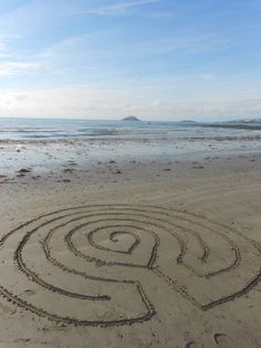 *Creating* Labyrinths of Sand :: A Walking Meditation. Good instructions included on how to draw this labyrinth. Labyrinth Garden, Labyrinth Maze, Walking Meditation, Meditation Garden, Land Art, Crop Circles, Garden Art, Garden Design, Sacred Geometry
